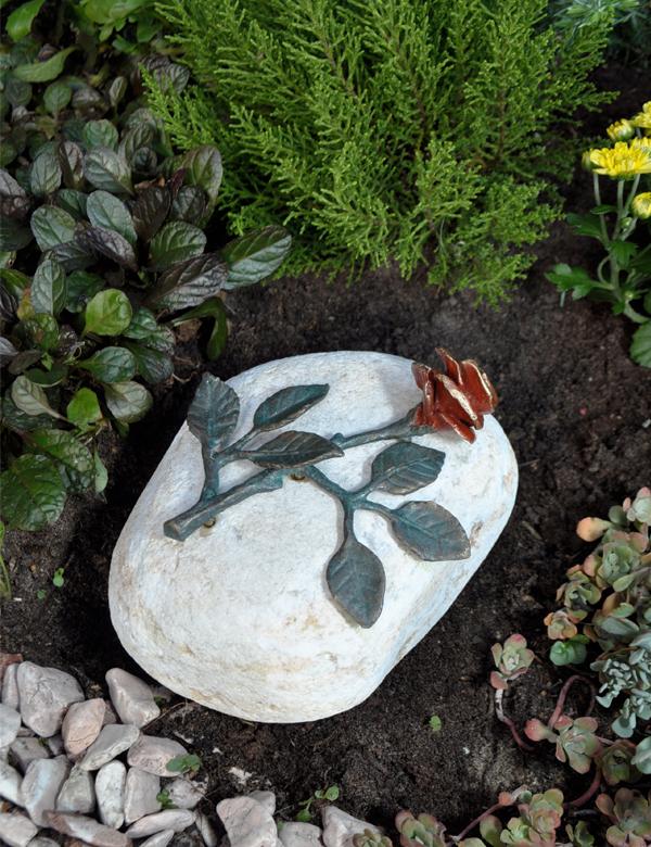 rose aus bronze auf stein 3610 grabschmuck grablaterne grablampe grableuchten grablaternen. Black Bedroom Furniture Sets. Home Design Ideas